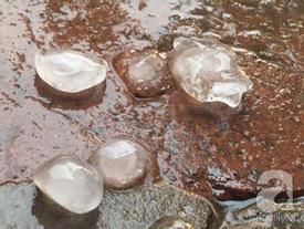 Sau Hòa Bình, mưa đá bất ngờ xuất hiện tại Hà Nội