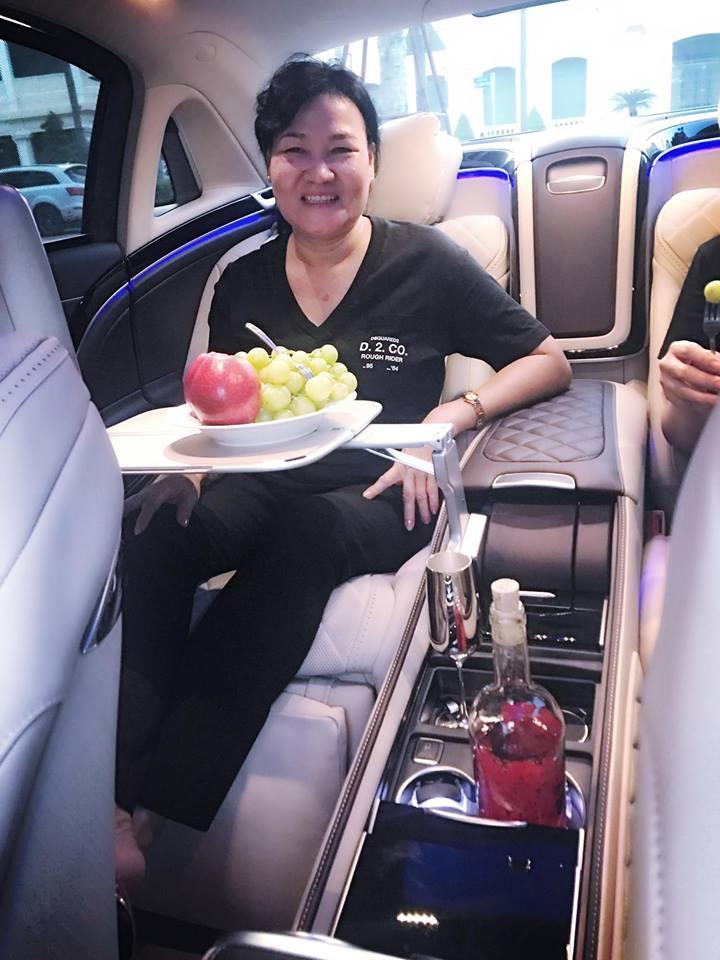 Ngọc Trinh lái siêu xe 12 tỷ đưa mẹ kế đi mua sắm - 01