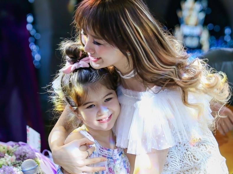 Vợ Trấn Thành ngây ngất trước fan nhí 8 tuổi thuộc lòng mọi ca khúc 'made in Hari Won'