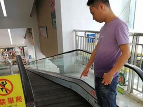 Bé 1 tuổi bị thang cuốn kẹp đứt lìa ngón tay khi đi mua sắm cùng bố mẹ