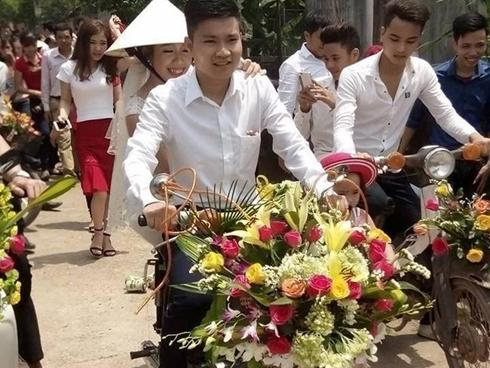 Xôn xao đám cưới rước dâu bằng xe Cub độc đáo ở Nghệ An