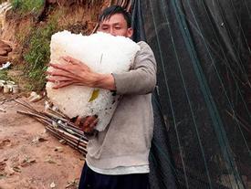 Dân Đà Lạt ôm từng tảng đá đóng băng sau cơn mưa