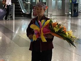 Nghẹn ngào người mẹ chỉ ăn bánh mỳ nhưng bỏ ra 500.000 đồng mua hoa đón con gái ở sân bay
