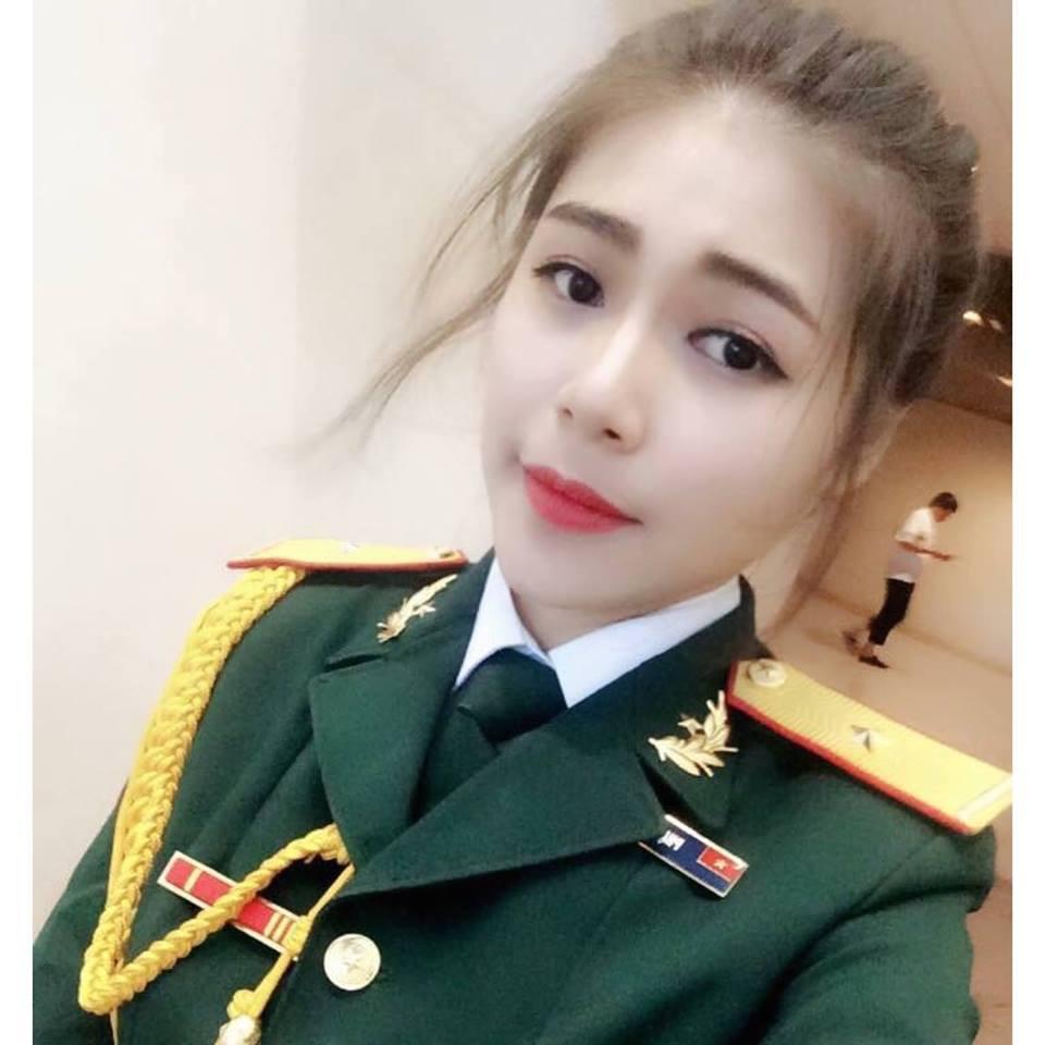 Hồ Ái Thơ sinh năm 1996 theo học khoa Thanh nhạc, Đại học Văn hóa Nghệ thuật Quân đội. Không những sở hữu khuôn mặt xinh đẹp tự nhiên, thành tích học ...