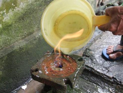 Tin hot trong ngày: Kỳ lạ giếng nước 10 năm bốc cháy ngùn ngụt ở Quảng Trị