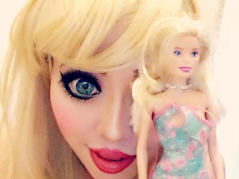 Cô gái cắt xương sườn, chi hơn 700 triệu để phẫu thuật thành búp bê Barbie