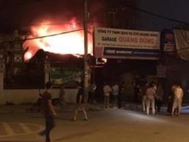 Hà Nội: Gara ô tô bốc cháy dữ dội trong đêm khiến nhiều người hoảng hốt