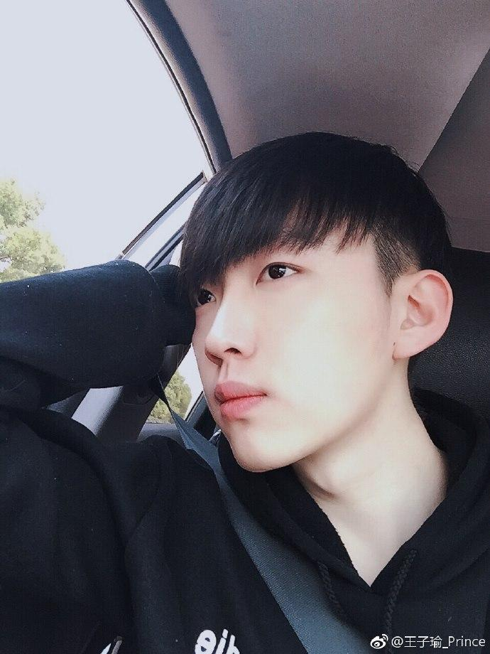 Vương Tử Du sinh ngày 17/6/1993 tại Chiết Giang (Trung Quốc). Anh chàng nổi  bật với chiều cao 1m83.