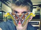 Chàng trai nổi tiếng với sở thích cho côn trùng lên mặt