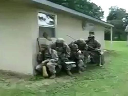 Clip hài: Trận chiến 'khốc liệt' của các chàng lính