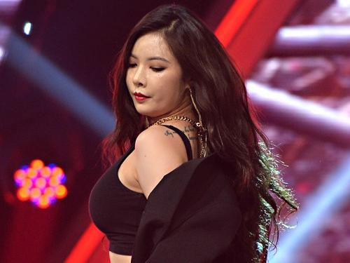 HyunA bị chỉ trích vì phát ngôn ủng hộ việc mặc hở trên sân khấu