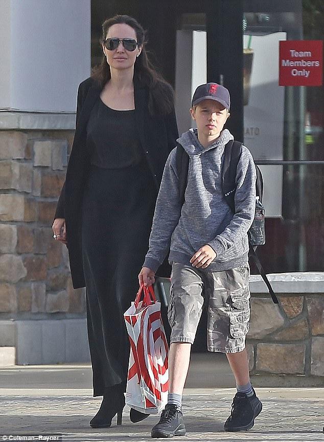 Angelina Jolie đưa con gái ruột đi mua sắm sau tin đồn bí mật hẹn hò với bạn trai mới - Ảnh 1.