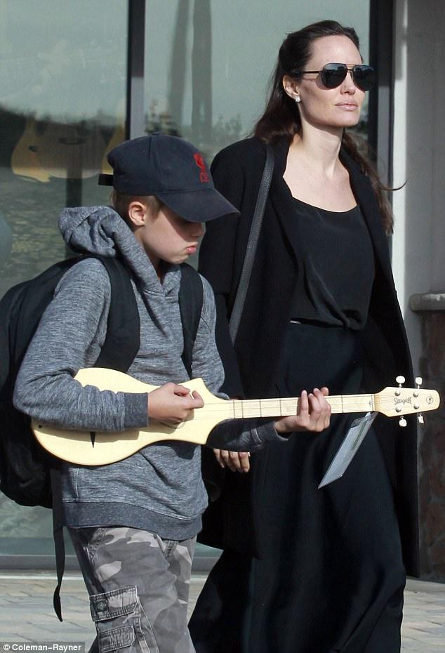 Angelina Jolie đưa con gái ruột đi mua sắm sau tin đồn bí mật hẹn hò với bạn trai mới - Ảnh 3.