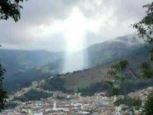 Đám mây hình Chúa Jesus xuất hiện ở nơi sạt lở đất khiến 17 người tử vong