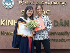 Người mẹ nghèo cười rạng rỡ bên con gái trong lễ tốt nghiệp