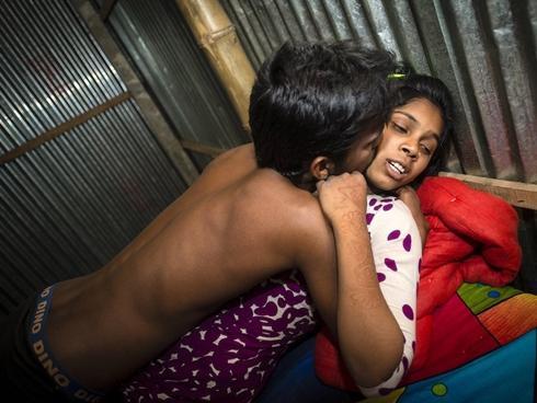 Phận 'buôn phấn bán hương' của phụ nữ trong nhà chứa ngập bao cao su ở Nam Á