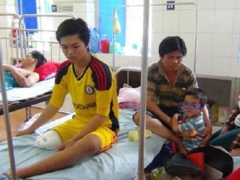 Thiếu niên 16 tuổi bị cắt chân oan: 'Em chỉ biết khóc'