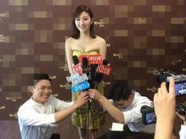 Mỹ nhân phim 'Kong' Cảnh Điềm bị chỉ trích để mặc hai người quỳ gối phỏng vấn