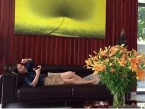 Facebook 24h: Thu Minh 'gân mình' luyện giọng trên ghế sofa