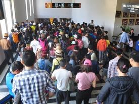 Người và xe đổ về Sa Pa đông nghịt, du khách xếp hàng dài mua vé cáp treo lên Fansipan