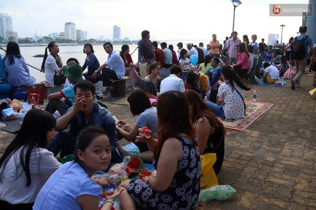 Người lớn, trẻ nhỏ trải bạt nằm la liệt trên bờ sông Hàn từ chiều để chờ xem Lễ hội pháo hoa quốc tế 2017 - Ảnh 1.