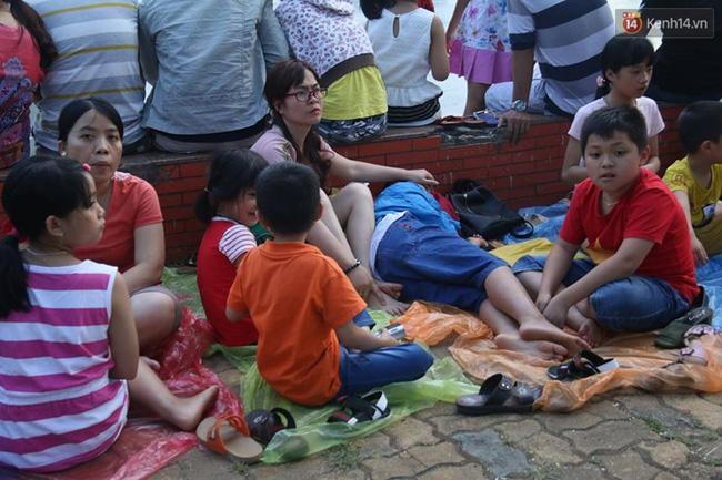 Người lớn, trẻ nhỏ trải bạt nằm la liệt trên bờ sông Hàn từ chiều để chờ xem Lễ hội pháo hoa quốc tế 2017 - Ảnh 4.