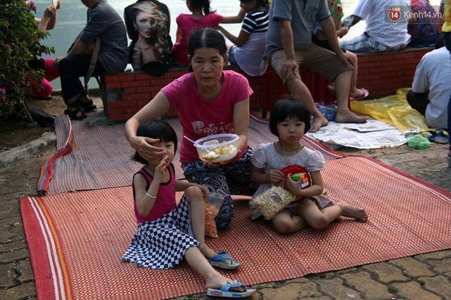 Người lớn, trẻ nhỏ trải bạt nằm la liệt trên bờ sông Hàn từ chiều để chờ xem Lễ hội pháo hoa quốc tế 2017 - Ảnh 5.