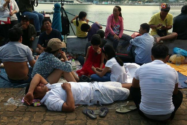 Người lớn, trẻ nhỏ trải bạt nằm la liệt trên bờ sông Hàn từ chiều để chờ xem Lễ hội pháo hoa quốc tế 2017 - Ảnh 6.