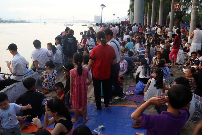 Người lớn, trẻ nhỏ trải bạt nằm la liệt trên bờ sông Hàn từ chiều để chờ xem Lễ hội pháo hoa quốc tế 2017 - Ảnh 2.