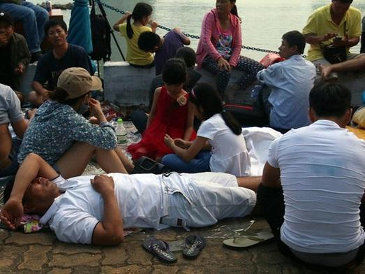 Người lớn, trẻ nhỏ trải bạt nằm la liệt trên bờ sông Hàn từ chiều để chờ xem Lễ hội pháo hoa quốc tế 2017