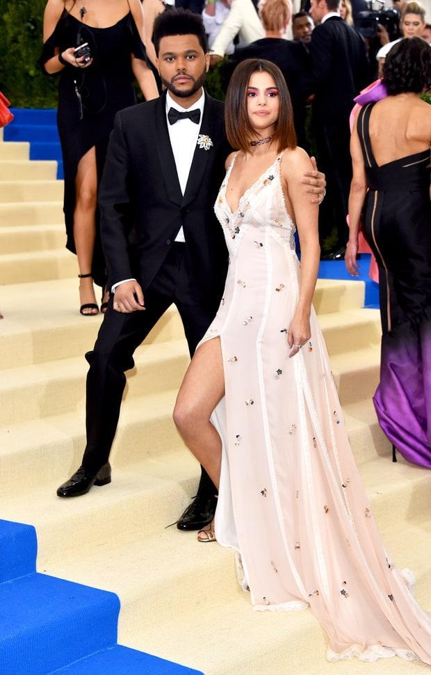 Selena tình tứ bên The Weeknd cực dễ thương tại Met Gala sau khi suýt chạm mặt mẹ Bella Hadid - Ảnh 8.