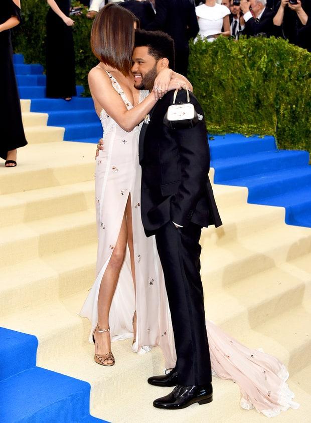 Selena tình tứ bên The Weeknd cực dễ thương tại Met Gala sau khi suýt chạm mặt mẹ Bella Hadid - Ảnh 9.