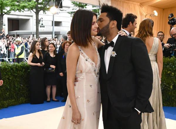 Selena tình tứ bên The Weeknd cực dễ thương tại Met Gala sau khi suýt chạm mặt mẹ Bella Hadid - Ảnh 7.