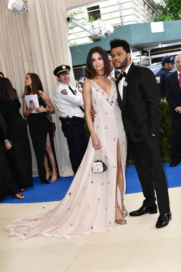 Selena tình tứ bên The Weeknd cực dễ thương tại Met Gala sau khi suýt chạm mặt mẹ Bella Hadid - Ảnh 6.