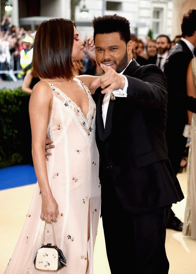 Selena tình tứ bên The Weeknd cực dễ thương tại Met Gala sau khi suýt chạm mặt mẹ Bella Hadid - Ảnh 2.