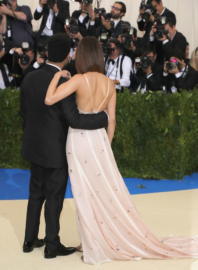 Selena tình tứ bên The Weeknd cực dễ thương tại Met Gala sau khi suýt chạm mặt mẹ Bella Hadid - Ảnh 5.
