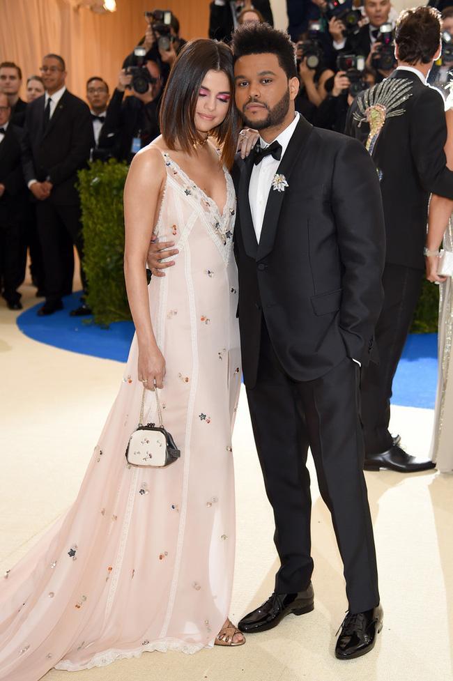 Selena tình tứ bên The Weeknd cực dễ thương tại Met Gala sau khi suýt chạm mặt mẹ Bella Hadid - Ảnh 4.
