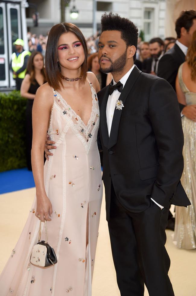 Selena tình tứ bên The Weeknd cực dễ thương tại Met Gala sau khi suýt chạm mặt mẹ Bella Hadid - Ảnh 3.