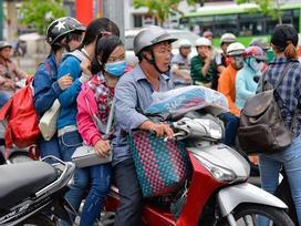 Kết thúc 4 ngày nghỉ lễ, người dân lỉnh kỉnh đồ đạc quay lại Hà Nội và Sài Gòn