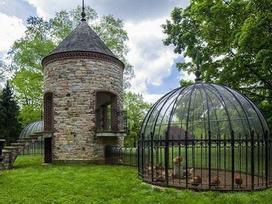 Thật khó tin khi đến chuồng gà cũng được thiết kế giống lâu đài, khách sạn như thế này!
