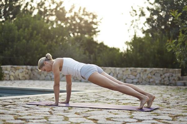 10 tư thế yoga dễ tập dành cho các cô nàng muốn vận động ở công sở - Ảnh 1.