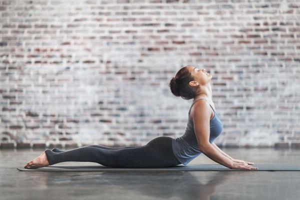 10 tư thế yoga dễ tập dành cho các cô nàng muốn vận động ở công sở - Ảnh 3.