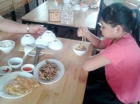 Cảm động câu chuyện bố mang mì tôm và rau đi du lịch vì muốn tiết kiệm tiền cho con gái ăn ngon