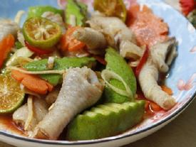 Chân gà xóc xoài xanh, món ăn vặt đang được 'săn lùng' khắp nơi