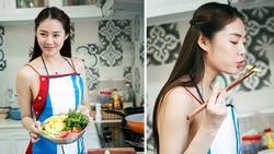 Gợi cảm ngay cả khi vào bếp, Linh Chi khiến ai cũng muốn được ăn cơm nhà mỗi ngày