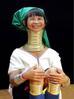 Số vòng kim loại càng nhiều khiến cổ của họ có thể dài từ 35 - 40 cm.