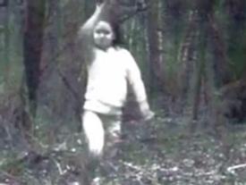 Thợ săn tung ảnh 'hồn ma bé gái không chân' dạo chơi giữa rừng