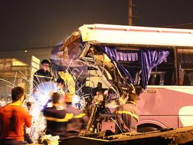 Tin hot trong ngày: Va chạm với container, tài xế xe khách chết thảm trong cabin