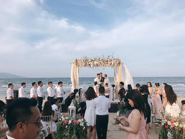 Hằng Túi hạnh phúc trở thành vợ người ta trong đám cưới bạc tỷ lãng mạn bên biển! - Ảnh 1.