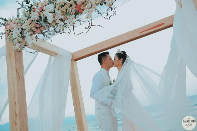 Những khoảnh khắc đẹp lung linh trong đám cưới bạc tỉ lần 2 của Hằng Túi - Ảnh 1.